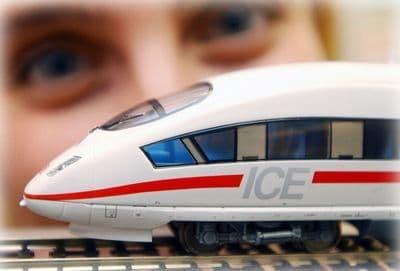 ребенок и игрушечный поезд