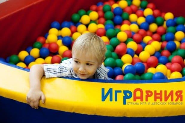 Ребенок в сухом бассейне с шариками